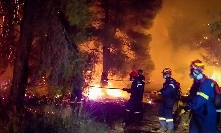 Λουτράκι: Μαίνεται η μεγάλη φωτιά στο Σχίνο – Εκκενώθηκαν τέσσερις οικισμοί