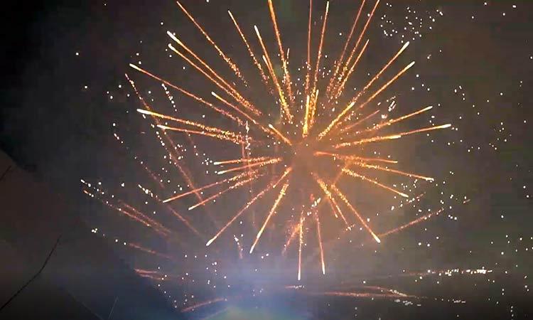 Με εντυπωσιακά πυροτεχνήματα έστειλε το Μαρούσι το εορταστικό μήνυμα της Ανάστασης του Χριστού