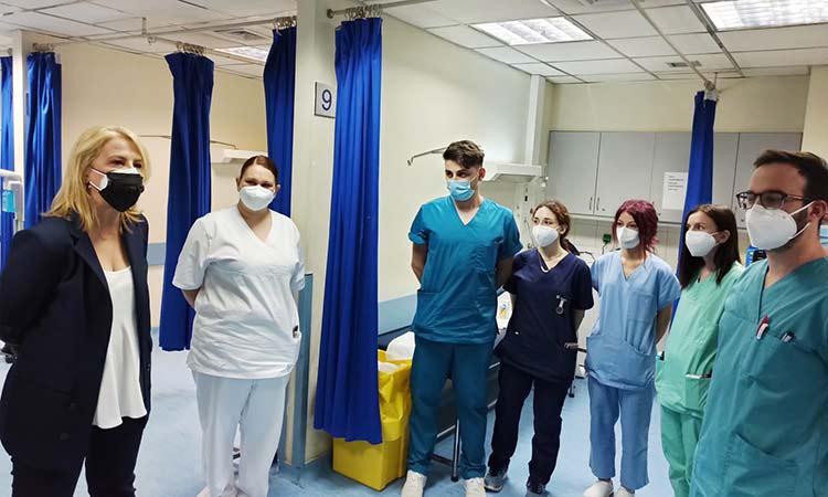 Επίσκεψη Ρ. Δούρου στο νοσηλευτικό προσωπικό του «Ευαγγελισμού» για την Παγκόσμια Ημέρα Νοσηλευτή