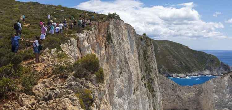 Ναυάγιο στη Ζάκυνθο: Δείτε βίντεο ντοκουμέντο από τη στιγμή που τουρίστρια πέφτει στο κενό