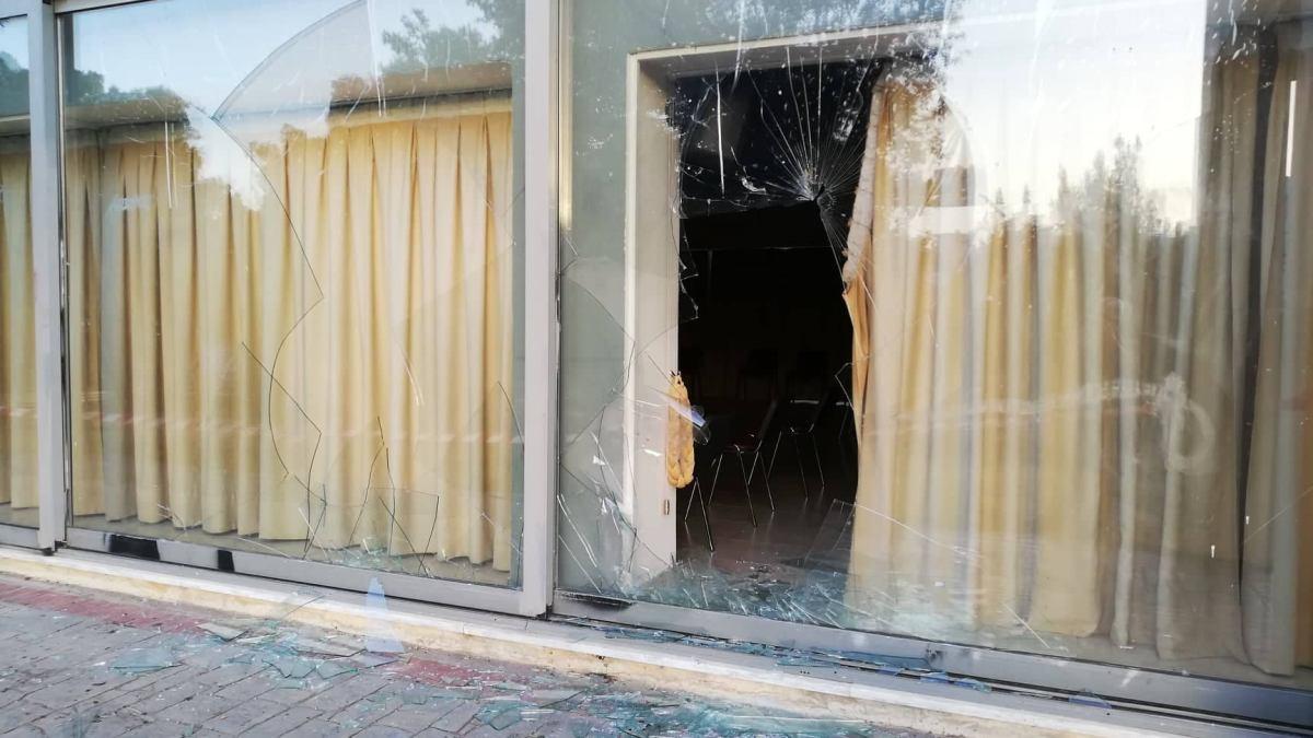 Βάνδαλοι έσπασαν τζαμαρίες στο πάρκο Μ. Θεοδωράκης στα Βριλήσσια