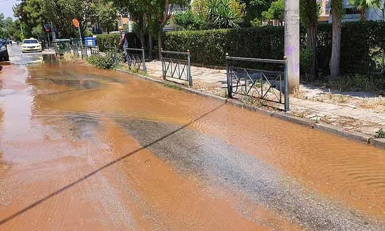 Διαρροή αγωγού ύδρευσης υπερχείλισε τον αγωγό ομβρίων στην οδό Ιωαννίνων στη Ρεματιά Χαλανδρίου