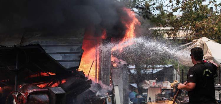 Φωτιά στη Σταμάτα: Καίγονται σπίτια – Μηνύματα του 112 στους κατοίκους