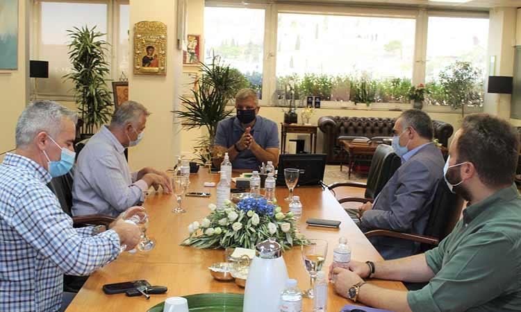 Ζητήματα πρόληψης υγείας και υποδομών «επί τάπητος» στη συνάντηση Γ. Πατούλη με δήμαρχο Φοινικαίων Β. Ηπείρου