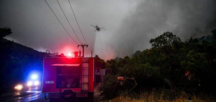 Φωτιά στα Βίλια: Καλύτερη η εικόνα από το μέτωπο – Στο νότιο κομμάτι επικεντρώνονται οι πυροσβεστικές δυνάμεις