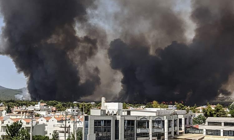 Βοήθεια στους πολίτες που απομακρύνονται λόγω της μεγάλης φωτιάς στη Βαρυμπόμπη προσφέρει ο Δήμος Κηφισιάς
