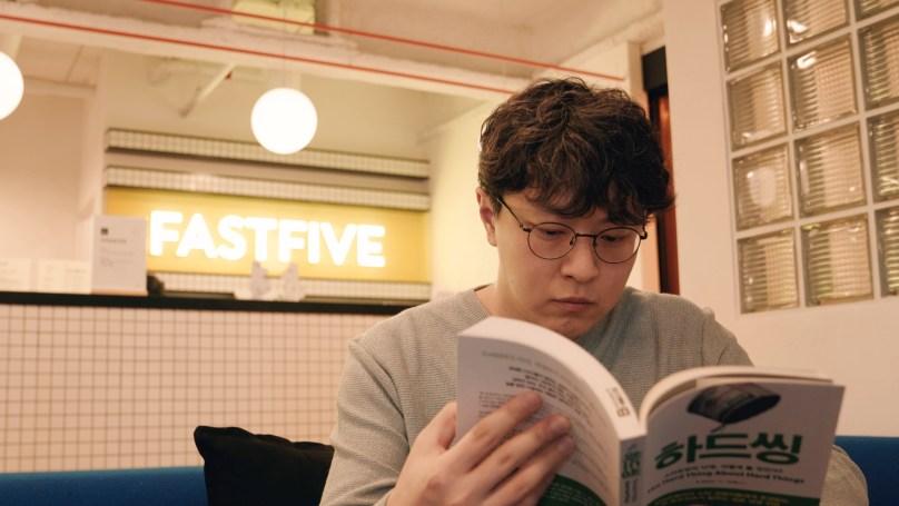 을 읽고 있는 패스트트랙아시아 박지웅 대표
