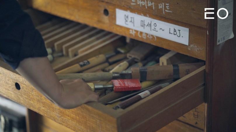 목수들이 목재를 다듬기 위해 사용하는 연장