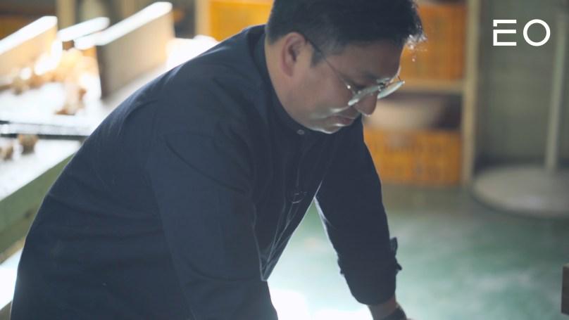 작업 현장에서 한옥을 설계중인 김승직 대목수