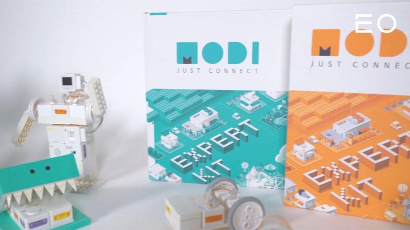럭스로보에서 개발한 코딩 교육용 로봇 '모디'