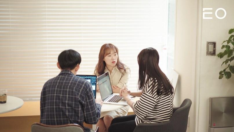 직원들과 논의 중인 링크샵스 서경미 대표