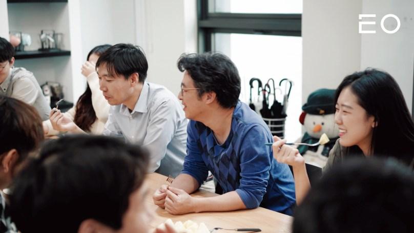 회의중인 남세동 창업자와 보이저엑스의 직원들