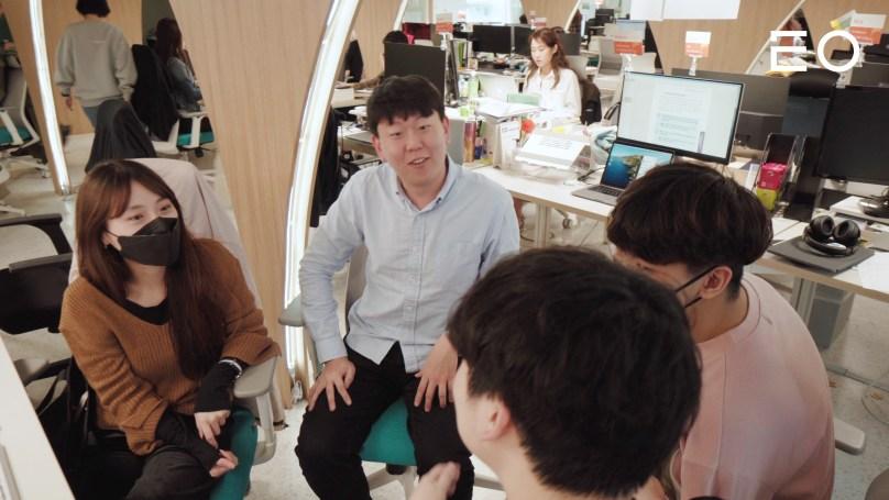 직원들과 논의 중인 매스프레소 이용재 대표