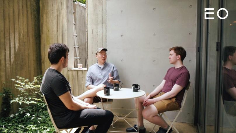 직원들과 이야기를 나누고 있는 서울로보틱스 이한빈 캡틴