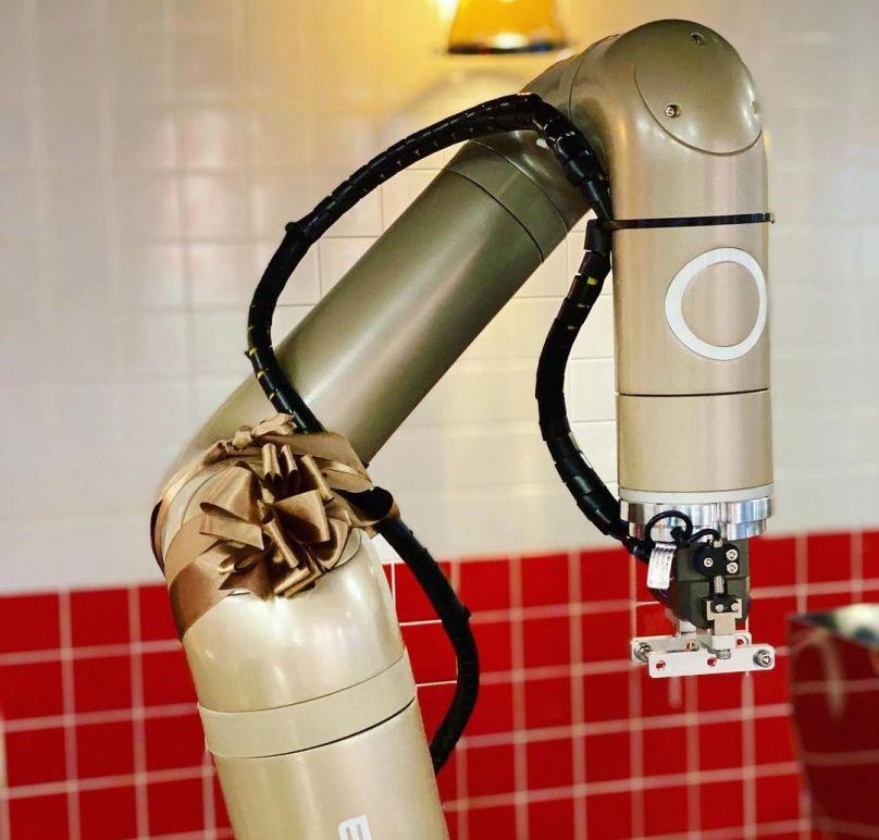 강남에 위치한 롸버트 치킨의 치킨을 제조하는 로봇 중 하나 (출처: 롸버트 치킨 공식 인스타그램)