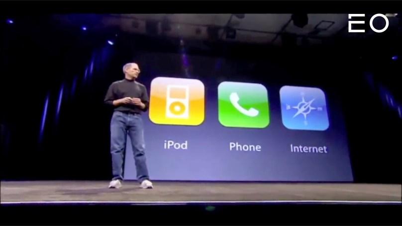 스티브 잡스가 했던 첫 번째 아이폰 프레젠테이션 중 한 장면
