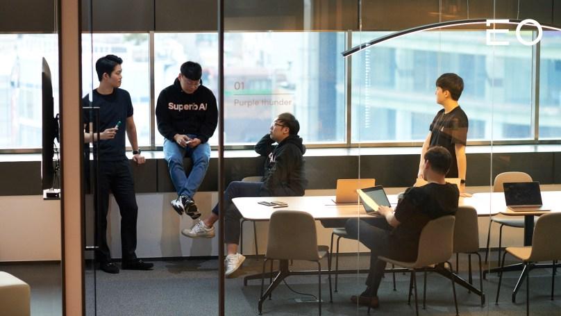 구성원들과 이야기를 나누고 있는 슈퍼브에이아이 김현수 대표