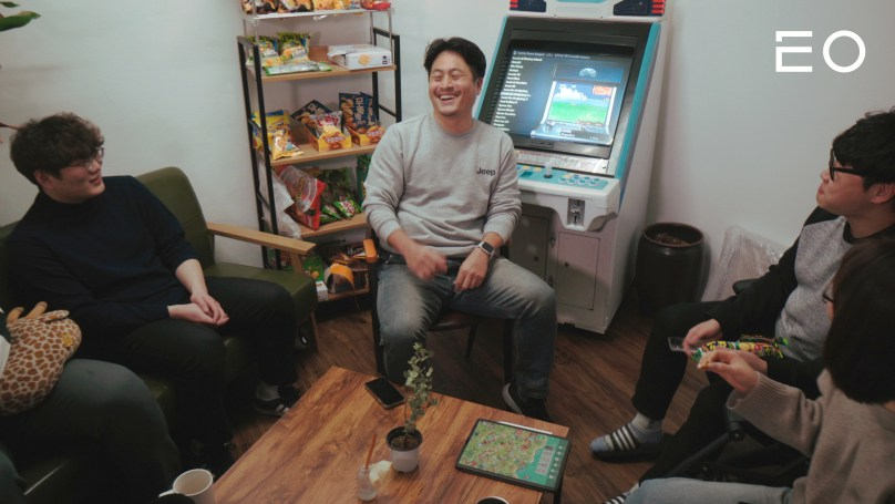 직원들과 이야기를 나누고 있는 스티키핸즈 김민우 대표