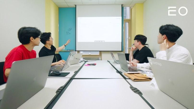 회의를 진행 중인 카찹 팀원들