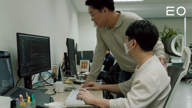 직원과 이야기 나누고 있는 텐디 김찬웅 대표