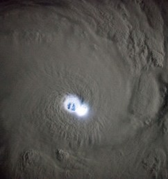 cyclone eye [ 2464 x 1640 Pixel ]