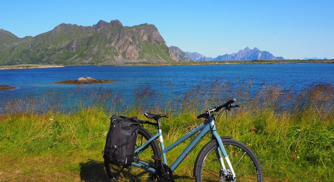 bici alle isole Lofoten con sfondo mare e montagne