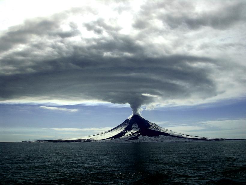 Alaska's Augustine Volcano erupting on 27 March 2006