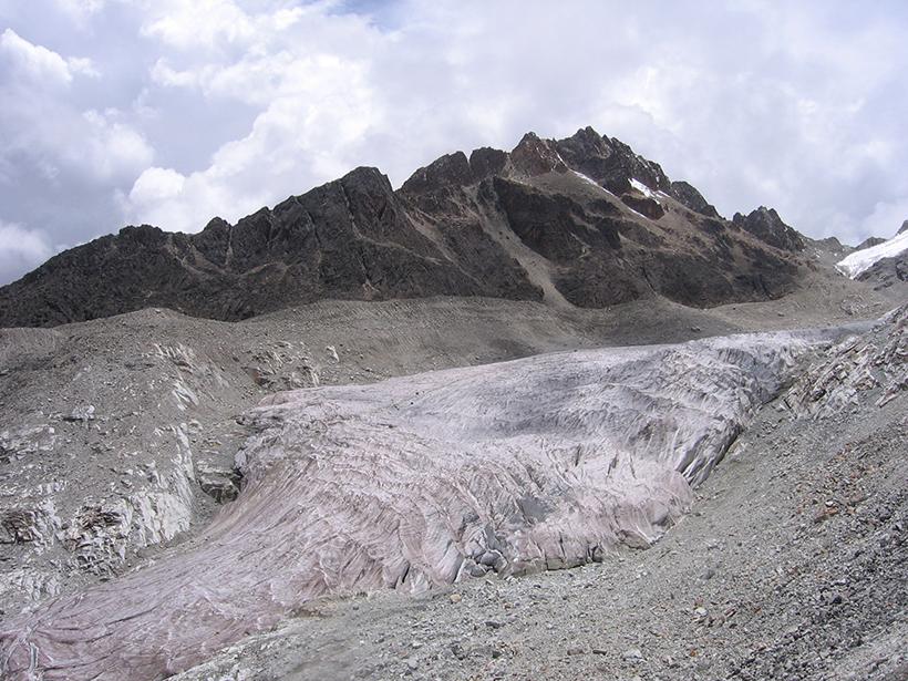 El glaciar Zongo, visto en enero de 2010, se encuentra en Huayna Potosí, a unos 25 kilómetros al norte de la capital de Bolivia, La Paz.