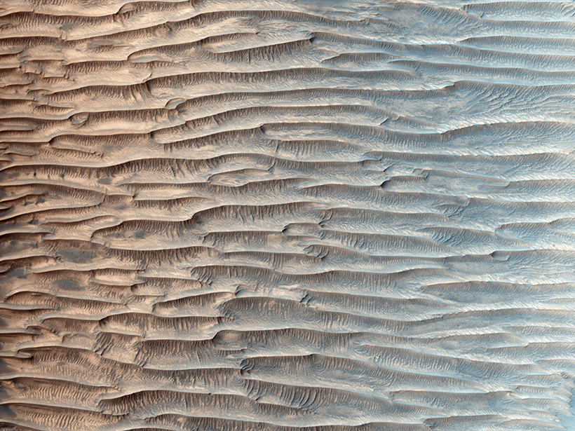 Long, nearly straight lines of sand ridges on Mars
