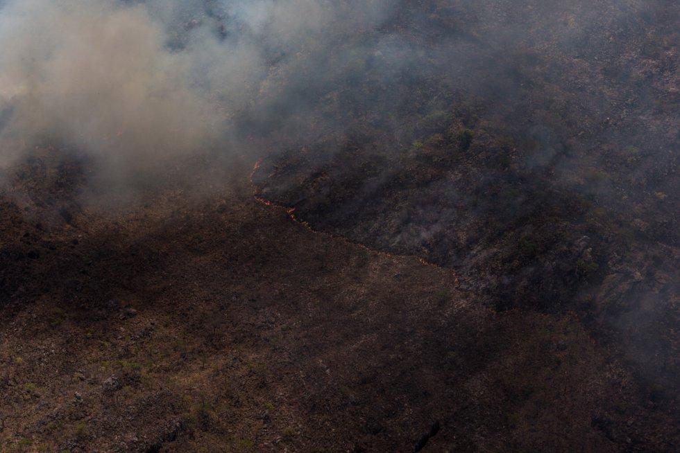 As chamas do enorme incêndio chegaram a pouco mais de um quilômetro da principal cidade da Chapada dos Veadeiros
