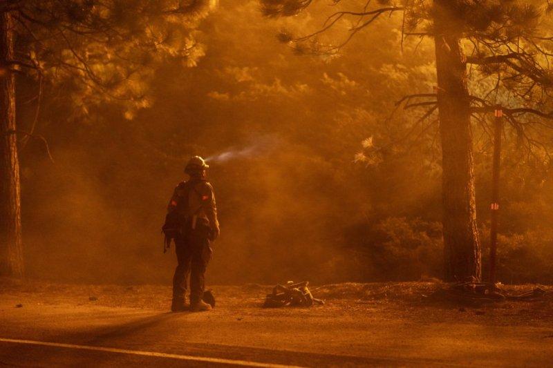 Bombeiro descansa durante o combate às chamas nas margens da rodovia Angeles Crest. Os incêndios na costa Oeste dos EUA já deixaram mais de 25 mortos.
