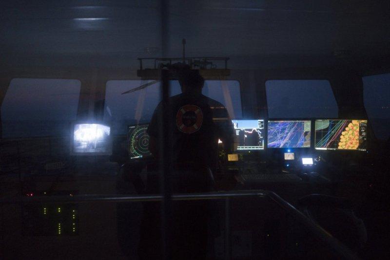 El barco de pesca 'Bona Mar 2' zarpa de Barcelona cuando la oscuridad aun envuelve el puerto de Barcelona y en el puente de mando.