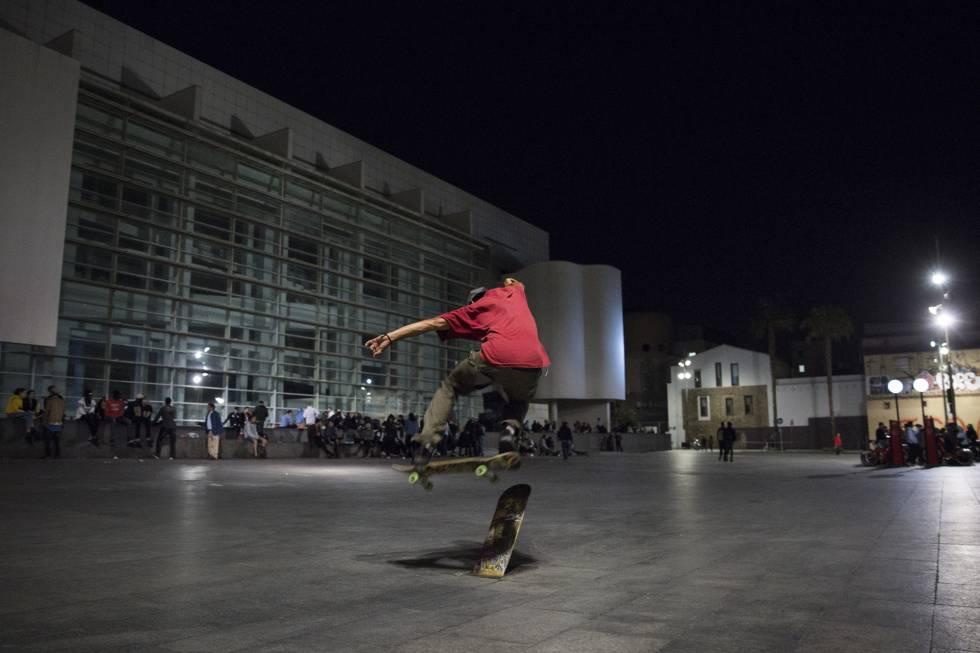 Els patinadors nocturns del MACBA tenen els dies comptats