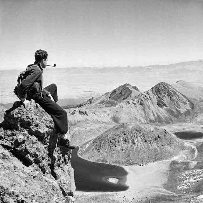 Juan Rulfo nació en 1917 en el sur del Estado de Jalisco. Hacia 1940 tomó sus primeras fotografías y escribió sus primeros textos. En esta década recorrió gran parte de México como excursionista y montañista.