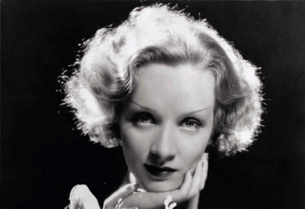 La actriz alemana acababa de desembarcar en Hollywood para protagonizar 'Marruecos' a las órdenes de Josef von Sternberg, su pigmalion cinematográfico. Beaton, como otros fotógrafos de la época, queda fascinado por el rostro de la estrella y sus sucesivas metamorfosis ante la cámara. La pareja Beaton & Dietrich acuñaban la edad de oro del 'glamour' hollywoodense.