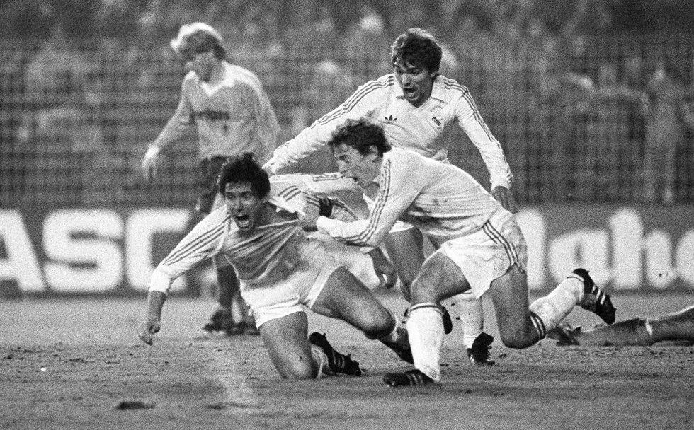 REAL MADRID, 4; BORUSSIA MÖNCHENGLADBACH, 0 (1985). Una de las remontadas más recordadas en la historia del Real Madrid tuvo lugar el 11 de diciembre de 1985 en el Santiago Bernabéu. Esa temporada, el equipo jugó la Copa de la UEFA y en octavos de final quedó emparejado con el Borussia Mönchengladbach alemán. El 5-1 de la ida en Alemania se antojaba definitivo, pero en la vuelta, el equipo entrenado por Molowny cosechó un histórico 4-0 (con dos goles de Valdano y otros dos de Santillana, el último en el minuto 89) que le dio el pase a la siguiente ronda. En la imagen, Santillana, a la izquierda, celebra uno de sus goles junto a Butragueño (que le estira la camiseta) y Cholo.