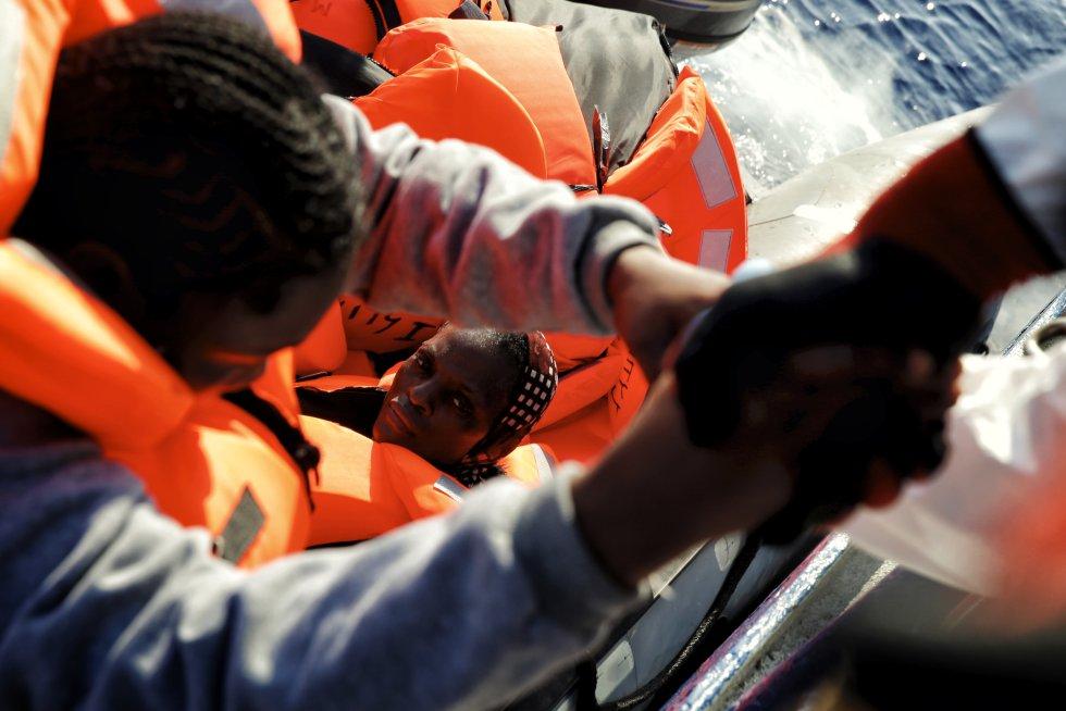 Momento en el que una migrante es subida a bordo del barco de Médicos Sin Fronteras, Dignity I.