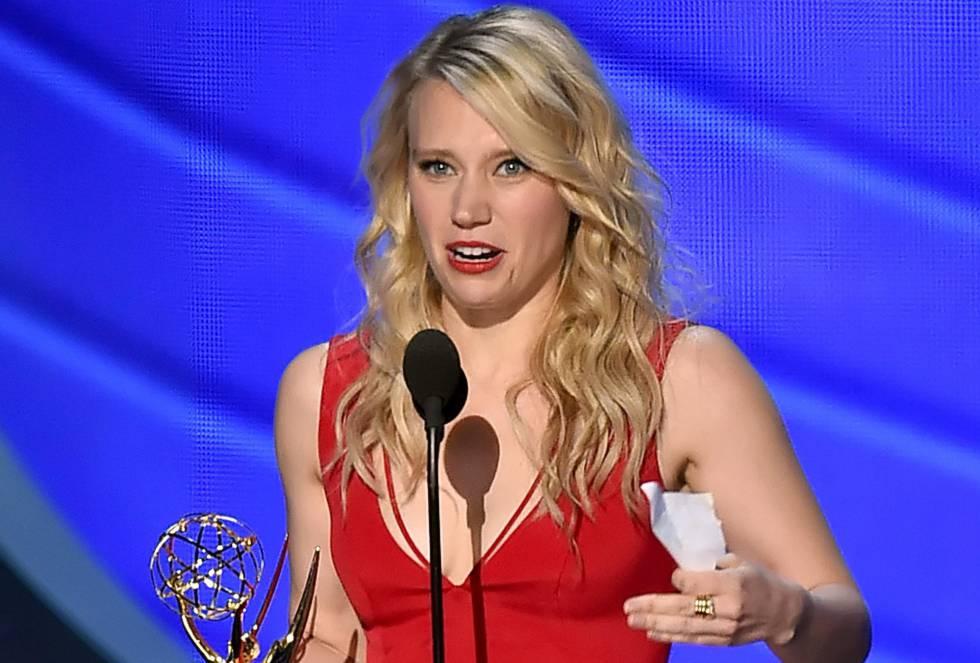 La actriz Kate McKinnon con el premio a Mejor actriz de reparto en comedia por 'Saturday Night Live'.