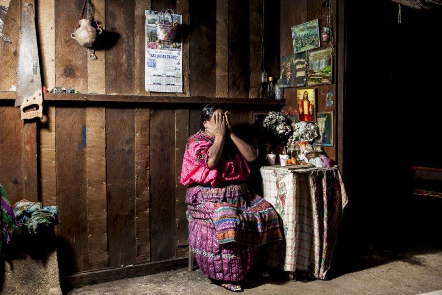 María Vicenta, tiene 64 años y vive en San Jorge de la Laguna. Durante los años del genocidio guatemalteco, ella y su familia se trasladaron a la Ciudad de Guatemala para huir de la limpieza étnica. Ahora es ciega y depende de los cuidados de su hija para comer y vivir en su casa.