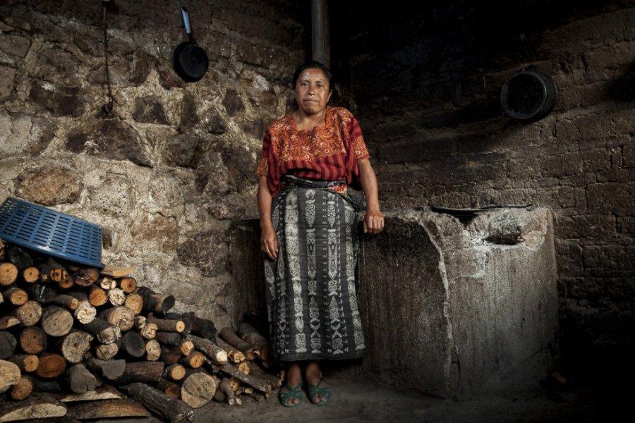 Ana Paula, de 39 años, es madre de siete hijos en el municipio de San Catarina Palopó. Vive con todos en una casa insalubre en los altos del pueblo rodeada de basuras, perros y gallinas. Su marido era alcohólico, la abandonó por otra mujer y no aporta ayuda a la familia.