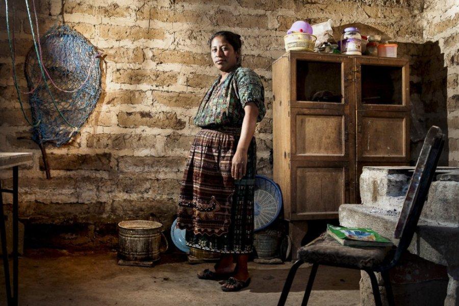 Nicolasa, de 34 años, es indígena perteneciente a la etnia kaqchikel. Nunca pasó de tercero de primaria. Quiso seguir estudiando, pero su padre y su madre no lo consideraron oportuno por sus responsabilidades como mujer.