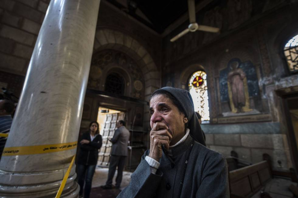 Una monja llora en el interior de la catedral cristiana copta de El Cairo tras el ataque terrorista donde al menos 25 personas han muerto y otras 49 resultaron heridas.