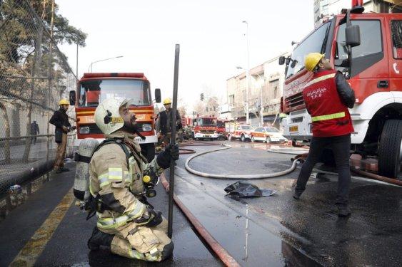 En la imagen, un bombero iraní llora al ver que varios de sus compañeros quedaron atrapados tras el incendio y posterior derrumbe del edificio Plasco, en Teherán (Irán).