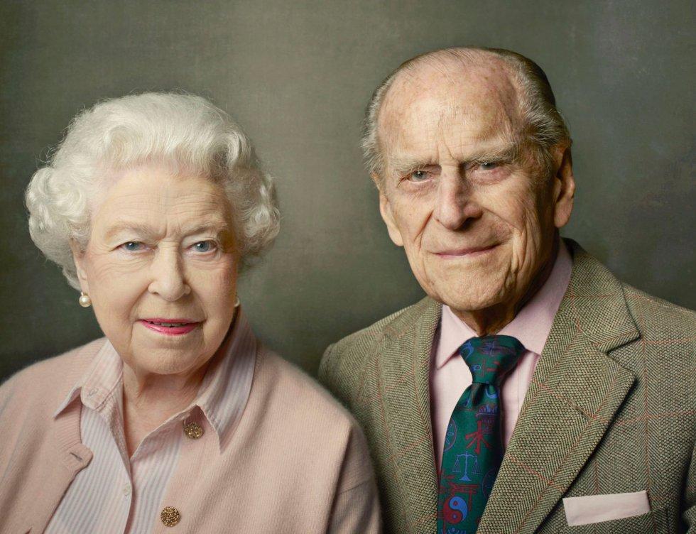 Retrato de la reina Isabel II de Inglaterra y del príncipe Felipe, duque de Edimburgo, realizado por Annie Leibovitz, el 10 de junio de 2016.