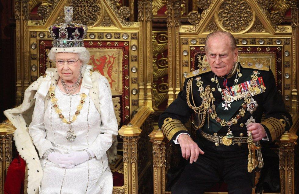 La reina isabel II junto a su marido el duque de Edimburgo momentos antes de leer su discurso en la Cámara de los Lores, el 9 de mayo de 2012.