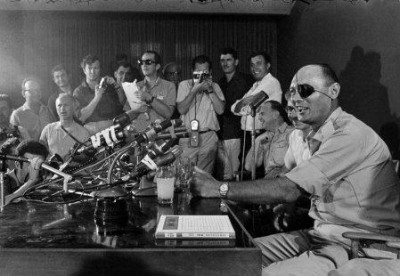 Moshé Dayán, político y militar israelí, habla ante la prensa en Tel Aviv en su primera comparecencia tras tomar posesión como ministro de Defensa del país, el 3 de junio de 1967.