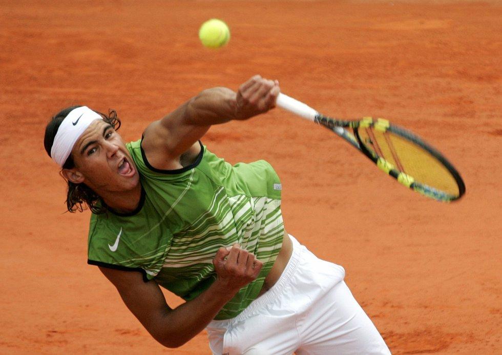 El tenista manacorí Nadal devuelve la pelota durante la final del torneo Roland Garros 2005, en la que derrotó al argentino Mariano Puerta.