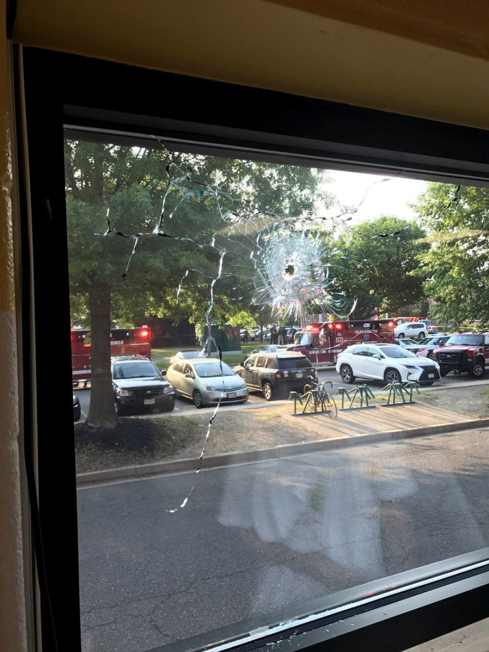Un agujero de bala en una ventana después del tiroteo en Alexandria, Virginia.
