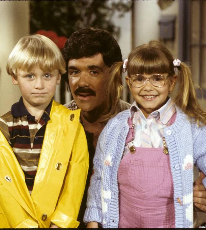 El padre de Judith Barsi (California, 1978- California, 1988) se llamaba József y era un inmigrante húngaro alcohólico y maltratador. Había amenazado en varias ocasiones con rajarles el cuello a Judith y a su madre Maria y quemar la casa a continuación. Judith Barsi, actriz infantil de cine ('Tiburón, la venganza', 'En busca del valle encantado') y televisión ('Los problemas crecen', 'Punky brewster'), comenzó a mostrar comportamientos extremos a causa de los abusos físicos que sufría, como arrancarse las pestañas y hacer lo mismo con los bigotes de su gato. Todas las personas de su entorno profesional y personal le insistieron a Maria en que cogiese a Judith y huyesen juntas de József, pero ella temía perder su casa y sus pertenencias. El 25 de julio de 1988 József le pegó un tiro a su hija de 10 años mientras dormía, mató a su mujer y pasó dos días viviendo en la casa con los dos cadáveres hasta que finalmente les prendió fuego, bajó al garaje y se suicidó. Tremenda historia. En la imagen, Victor Dimattia, Alan Thicke y Judith Barsi en la serie 'Los problemas crecen'.