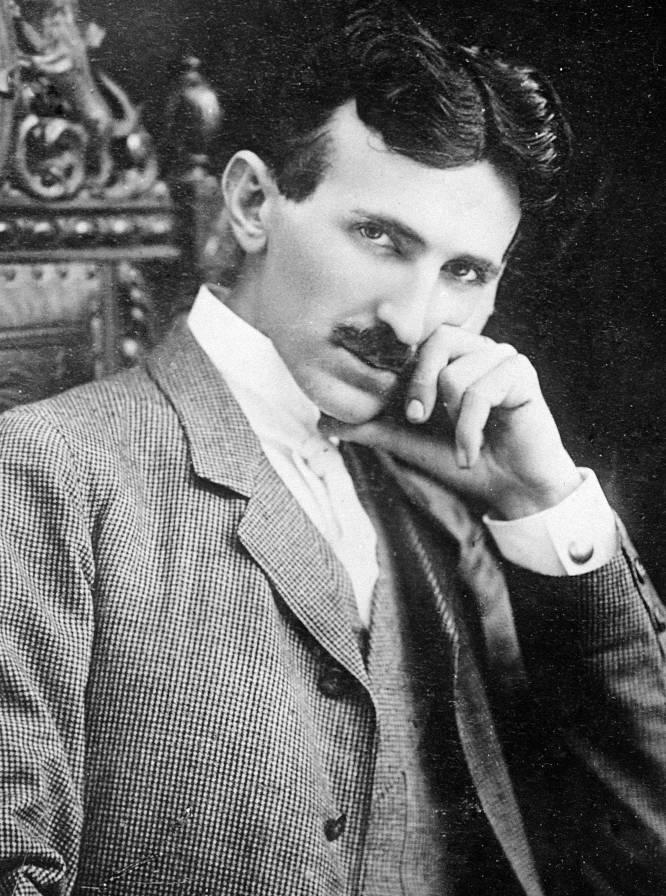 O grande inventor americano de origem balcânica Nikolas Tesla (Smiljan, Croácia, 1856 – Nova York, 1943) foi um gênio, mas careceu, sem dúvida, do tino comercial de concorrentos como Thomas Alva Edison, para quem trabalhou na juventude. Personagem-chave no desenvolvimento da indústria elétrica, Tesla é o pai de múltiplos inventos, mas vendeu a maioria dessas patentes à Westinghouse Electrics por quantias frequentemente irrisórias, muito abaixo de seu valor real. Sua principal prioridade sempre foi investir tudo o que ganhava em novos inventos, mais que assegurar a solidez de sua empresa, a Tesla Electric & Light Manufacturing, fundada em 1886. Em 1907, uma auditoria independente afirmava que as patentes que Tesla tinha vendido à Westinghouse por pouco mais de 200.000 dólares tinham um valor real de mercado superior a 12 milhões, que deveriam ser 300 milhões de dólares hoje. Com semelhante talento para os negócios, não é de estranhar que o cientista tenha se arruinado definitivamente pouco antes de morrer, em 1943. Na imagem, Nikolas Tesla em 1896.